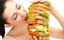 девушка ест огромный гамбургер