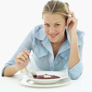 девушка ест луковый суп