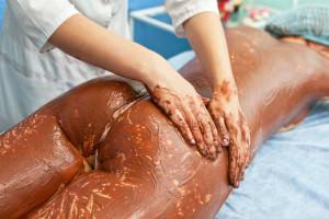 девушка проходит процедуру обертывания