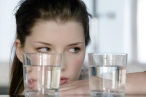 девушка смотрит на воду