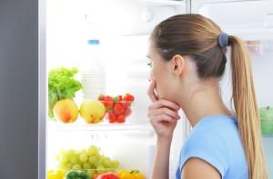 девушка смотрит в холодильник