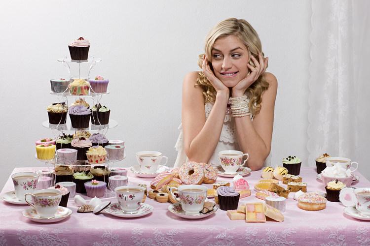 девушка за сладким столом