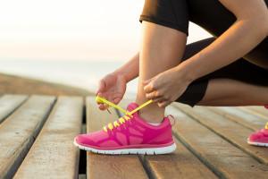 девушка завязывает шнурки