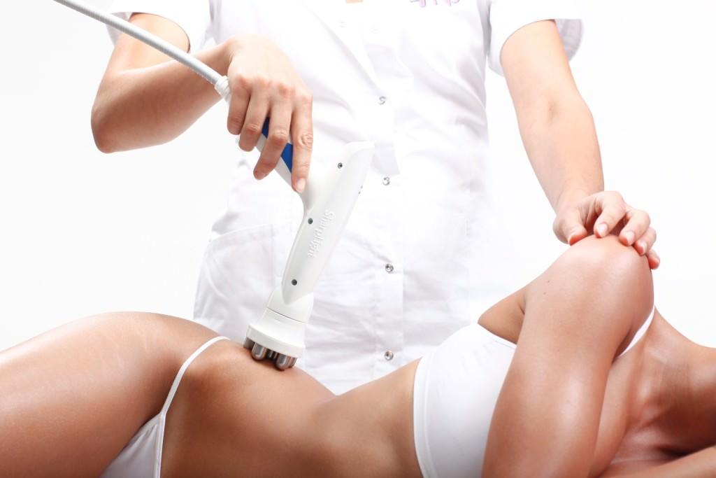 девушке проводят озонотерапию