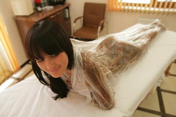 девушка проходит обертывание тела