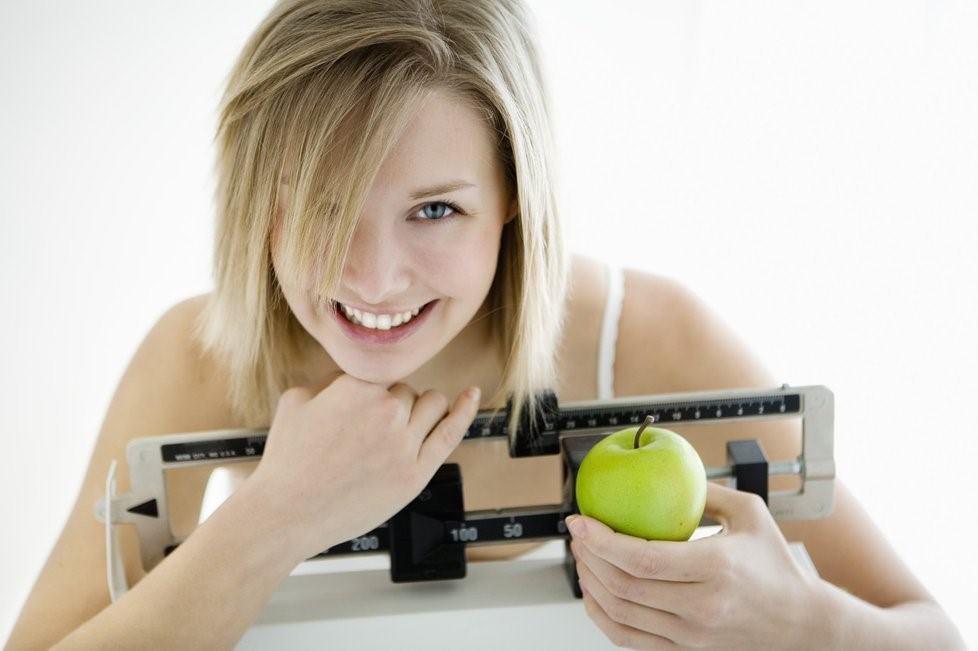 девушка с яблоком и весами