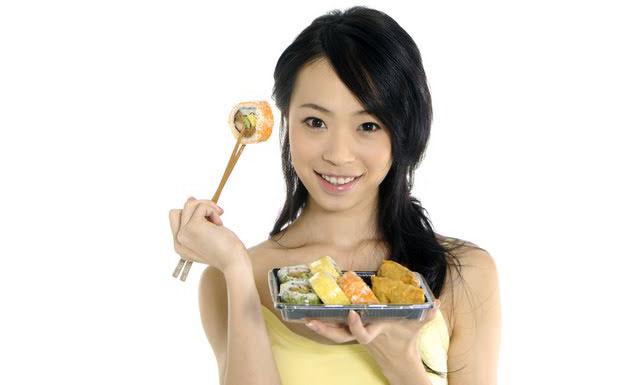 китаянка ест роллы