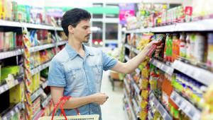 мужчина в продуктовом магазине