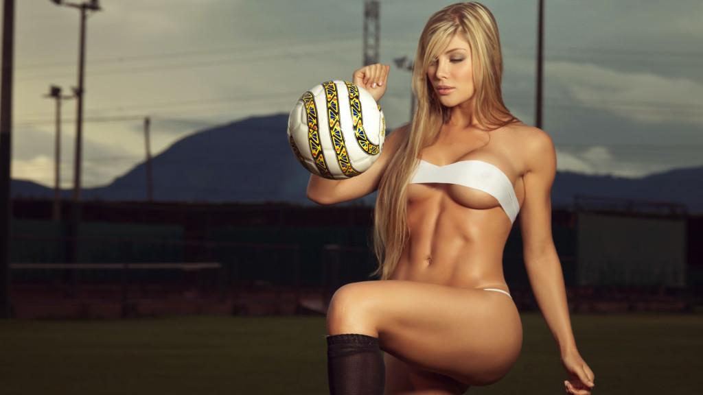 стройная девушка с мячом