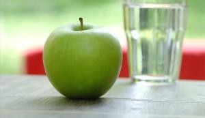 яблоко на столе