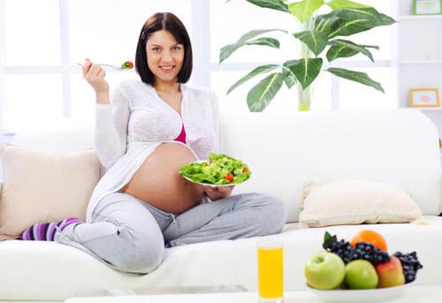 беременная женщина ест салатик
