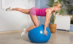 девушка выполняет упражнения на мяче