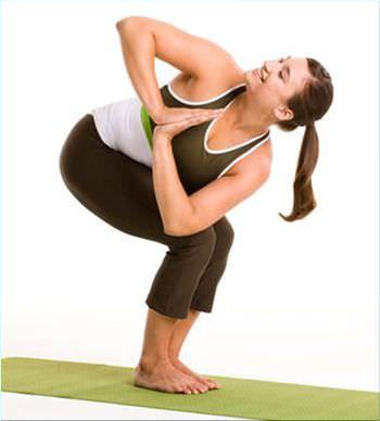девушка делает упражнение пружинка