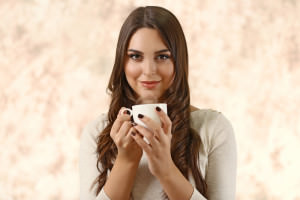 девушка пьет цикорий