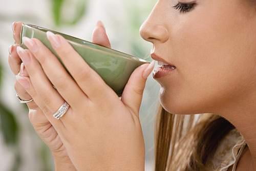 девушка пьет молочный улун