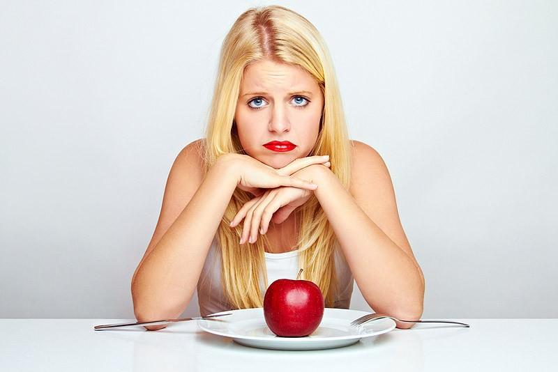 девушка с тарелкой с яблоком