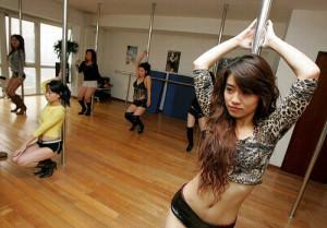 девушки занимаются танцами на пилоне