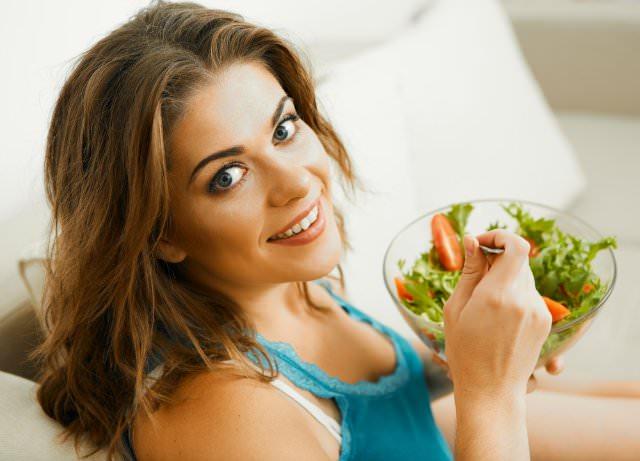девушка ест салат из кавказского морозника