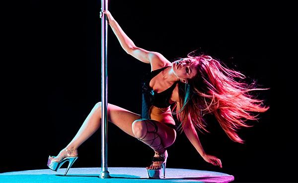 девушка танцует на пилоне