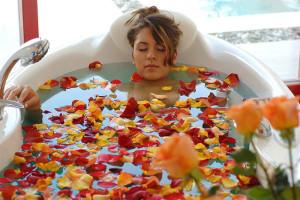 девушка принимает ароматическую ванну