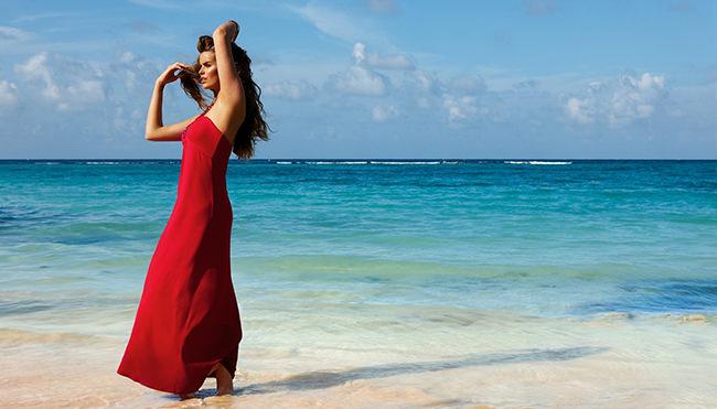 стройная девушка на берегу моря