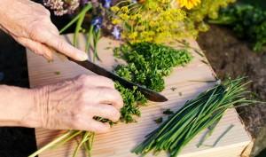 женщина режет травы
