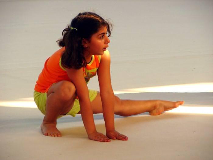 девочка занимается гимнастикой