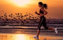 девушка бежит по песку
