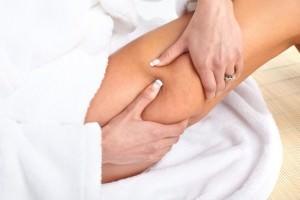 девушка делает массаж ноги