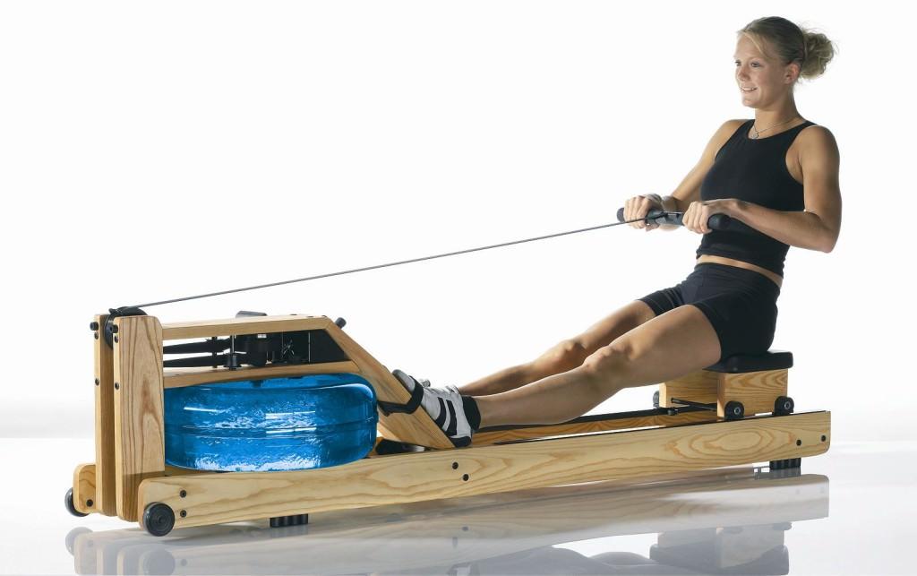 девушка на тренажере Water Rower