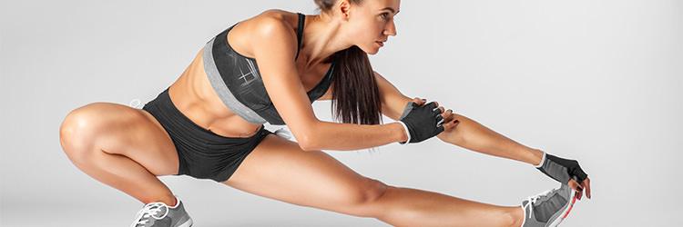 девушка растягивает мышцы