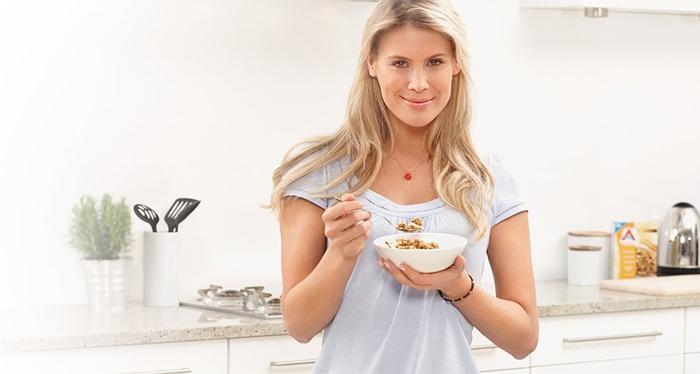 девушка с тарелкой гречки