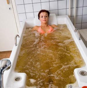 девушка в горчичной ванне