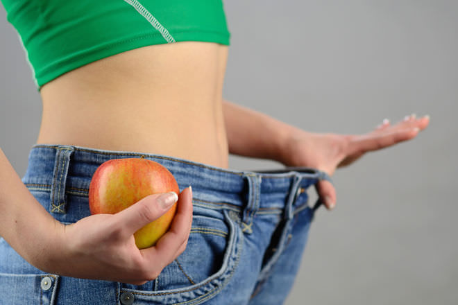 девушка с яблоком