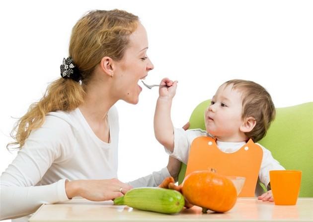 мальчик кормит маму