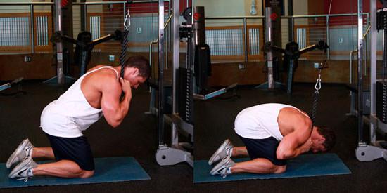 Мужчина делает упражнение молитва