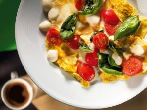 омлет с огурцами и томатами