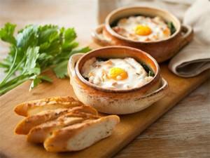 яица в блюдце