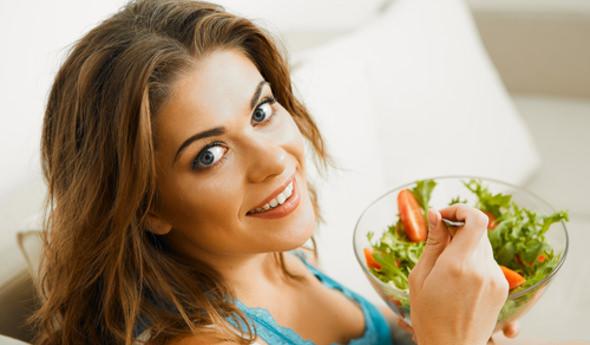 девушка ест салатик