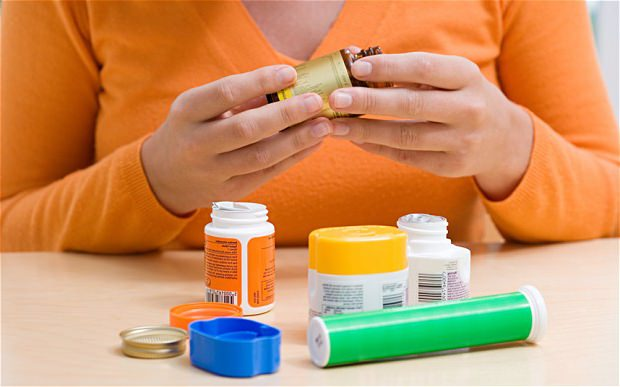 девушка открывает таблетки