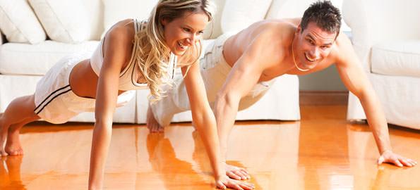 девушка с парнем выполняют кардио упражнения