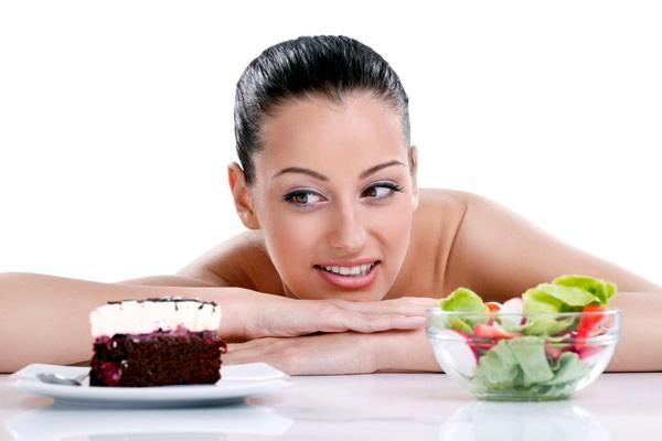 девушка с тортом и салатом