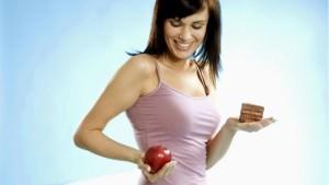 девушка с яблоком и тортом