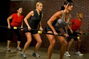 девушки делают упражнения с бодибаром