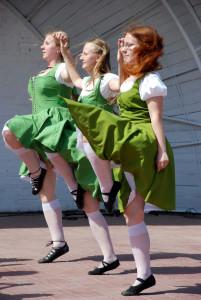девушки танцуют ирландский танец