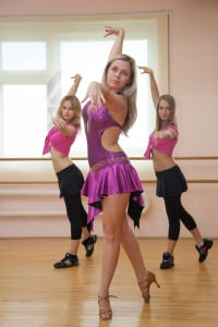 девушки танцуют латину