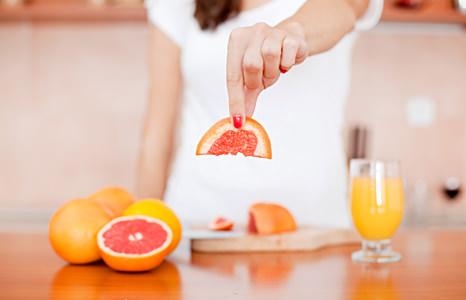 грейпфрут в руках у девушки