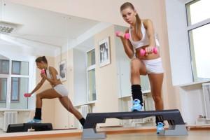 девушка делает упражнения на платформе
