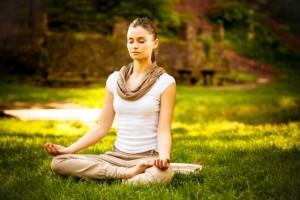 девушка медитирует на траве