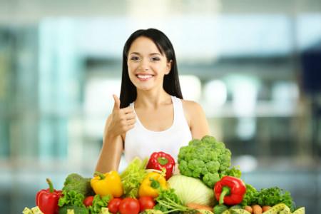 девушка с фруктами и овощами
